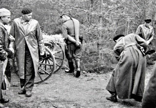 """Legendarny oddział partyzancki """"Wira"""" w obiektywie Edwarda Buczka. Drugi z lewej por. Konrad Bartoszewski ps. """"Wir""""."""