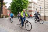 Rady bydgoskich osiedli na rowerach uczciły 100. rocznicę urodzin i 21. rocznicę wizyty Jana Pawła II [zdjęcia]