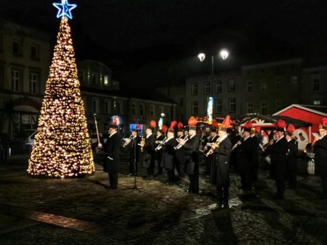 Rynek w Mysłowicach jest już wystrojony na święta. Jest kolorowo i pięknie. Dla mieszkańców zagrała orkiestra i wystąpili aktorzy.   Zobacz kolejne zdjęcia. Przesuń zdjęcia w prawo - wciśnij strzałkę lub przycisk NASTĘPNE