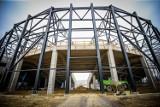 Stalowe konstrukcje nad halą i nowym stadionem w Sosnowcu - zobacz ZDJĘCIA. Tak powstaje Zagłębiowski Park Sportowy
