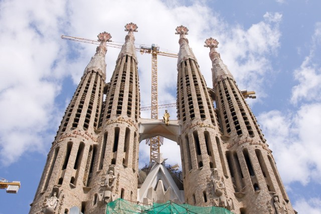 Słynna, wciąż nieukończona świątynia w Hiszpanii – dzieło życia architekta Antoniego Gaudiego – powstaje od 1882 r., jednak do niedawna powstawała... nielegalnie. Formalnie bowiem nigdy nie wydano zgody na jej budowę.