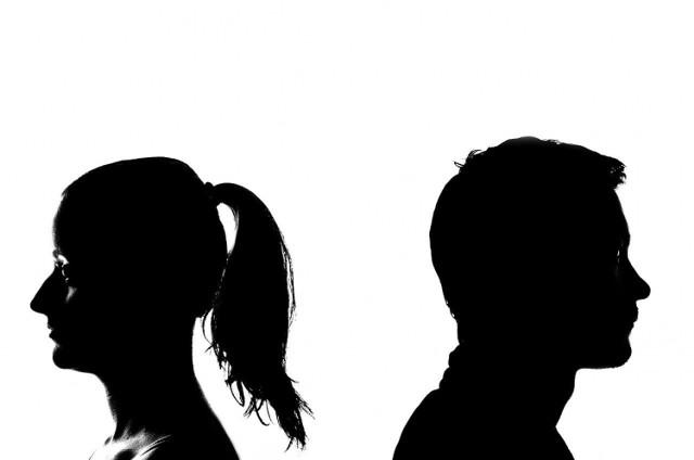 Znaki zodiaku a rozwód? Statystyki pokazują, że niestety coraz więcej osób decyduje się na rozstanie z różnych powodów.  Często dochodzi do sytuacji, w których pary wybierają rozstanie zamiast ratowania związku. Na te wszystkie sytuacje związane z rozwodami, można spojrzeć, bazując na astrologii. Wyobraźcie sobie, że niektóre znaki zodiaku rozwodzą się częściej niż inne. Powodem są głównie pewne cechy charakteru danych znaków. Sprawdziliśmy, które znaki przodują w statystykach rozwodowych. Poznajcie TOP 5 znaków zodiaków, które rozwodzą się najczęściej>>>   POLECAMY: JAKĄ MOC MA TWÓJ ZNAK ZODIAKU? SPOD JAKIEGO ZNAKU SĄ NAJLEPSI KOCHANKOWIE? KTÓRE ZNAKI ZODIAKU SĄ NIEBEZPIECZNE? Słabe punkty znaków zodiaku