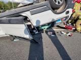 Pow. będziński: Poważny wypadek w Podwarpiu. 80-latek wjechał volvo na czerwonym świetle i dachował