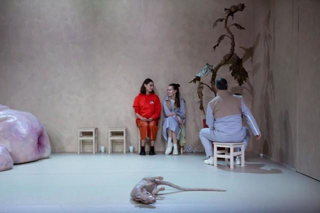"""Spektakl """"Głębiej"""" w Starym Teatrze w Krakowie został zagrany premierowo niedługo przed zamknięciem instytucji kultury z powodu pandemii."""