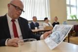 Burmistrz Bytowa Ryszard Sylka działa na szkodę samorządu? Tak uważa radny Leszek Szymczak. Pod lupę wziął umowę dzierżawy cmentarzy