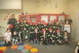 Profilaktyka w sali Ognik w Żninie. Dzieciom z Piechcina o bezpieczeństwie opowiadali strażak i policjantki [zdjęcia]