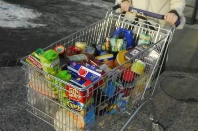 Porównaliśmy koszt zakupów w sklepach 14-tu sieci handlowych we Wrocławiu. Do naszego koszyka trafiło 50 produktów (pieczywo, napoje i alkohol, produkty tłuszczowe, warzywa, owoce, wędliny i mięso, używki, produkty sypkie takie jak mąka i makaron, słodycze, dodatki takie jak ketchup, wreszcie chemię domową i kosmetyki). Wybieraliśmy produkty tych samych marek oraz o tej samej (ewentualnie zbliżonej) gramaturze lub litrażu. Jeżeli nie znaleźliśmy produktu danej marki, wybieraliśmy z półki jego najtańszy odpowiednik. Różnica jeżeli chodzi o koszt naszego koszyka zależnie od sklepu sięga prawie stu złotych.  Kwoty jakie trzeba wydać za nasz koszyk zakupów w poszczególnych sklepach pokazujemy na kolejnych slajdach. Poszeregowaliśmy je od najdroższego po najtańszy.