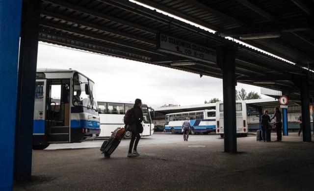 31 mln zł trafi do samorządowych przewoźników w województwie łódzkim z rządu, co pozwoli na start 210 nowych połączeń autobusowych w całym województwie. Autobusy mają dotrzeć do 256 miejscowości wcześniej wykluczonych komunikacyjnie.  Czytaj dalej na kolejnym slajdzie: kliknij strzałkę w prawo