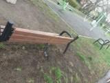 Zniszczone ławki przy otwartej siłowni w Gorzowie
