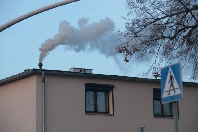 Gęsty dym to często oznaka tego, że w piecu płoną śmieci