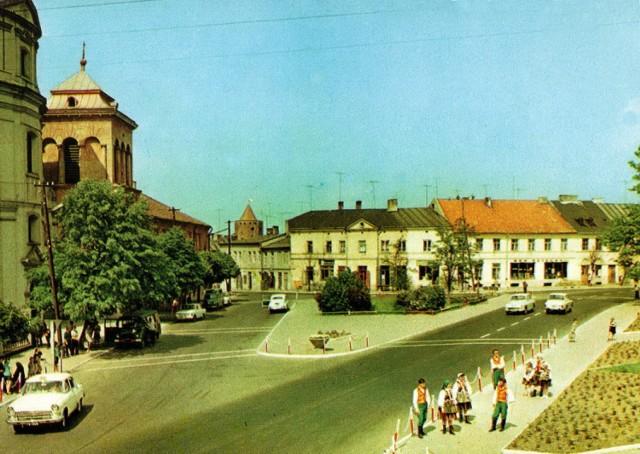 Plac Piłsudskiego w Rawie Mazowieckiej nie zawsze wyglądał tak, jak dziś. A wkrótce zmieni się jeszcze bardziej. Przypomnijmy sobie, jak wyglądał kiedyś.