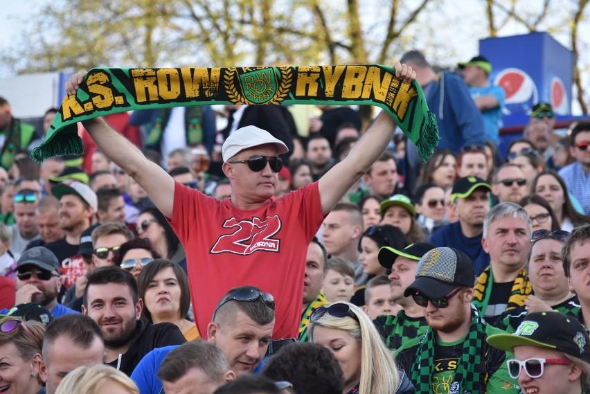 Kibice ROW Rybnik świętują podczas meczu z Orłem Łódź