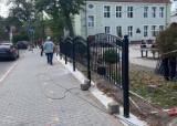 Dzięki rodzicom dzieci z ,,dwójki'' przy szkole staje płot jak malowany