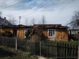 Katastrofa budowlana w Lusławicach. Pod Tarnowem zawalił się dach drewnianego domu. W środku znajdowały się dwie osoby [ZDJĘCIA]