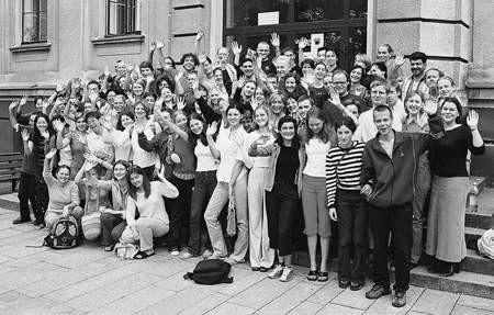 Pamiątkowe zdjęcie uczestników 12. Letniej Szkoły Języka, Literatury i Kultury Polskiej w Cieszynie.   WOJCIECH TRZCIONKA