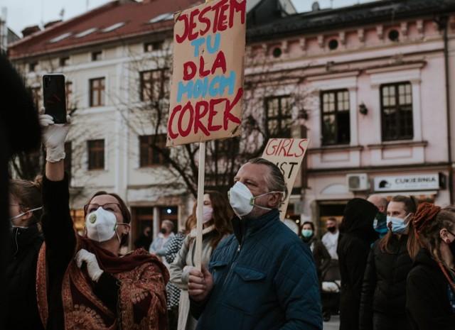 Swój udział w proteście na rynku w Wadowicach nauczycielka relacjonowała na Facebooku