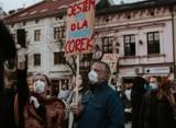 Nauczycielka poszła z córką na Strajk Kobiet w Wadowicach. Może stracić pracę? Kurator Oświaty w Krakowie grozi pozwami