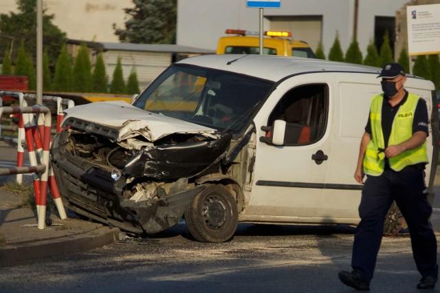 Wypadek w Kaliszu. Na alei Sikorskiego kierowca fiata wjechał pod ciężarówkę. Sprawca uciekł
