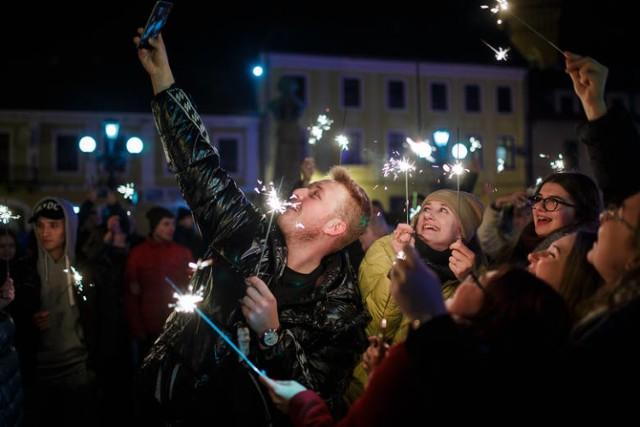 Tak bawili się mieszkańcy w sylwestrową noc na Placu Kazimierza w Tarnowie  w minionym roku . W tym pożegnanie Starego i przywitanie Nowego Roku przeniesie się do internetu