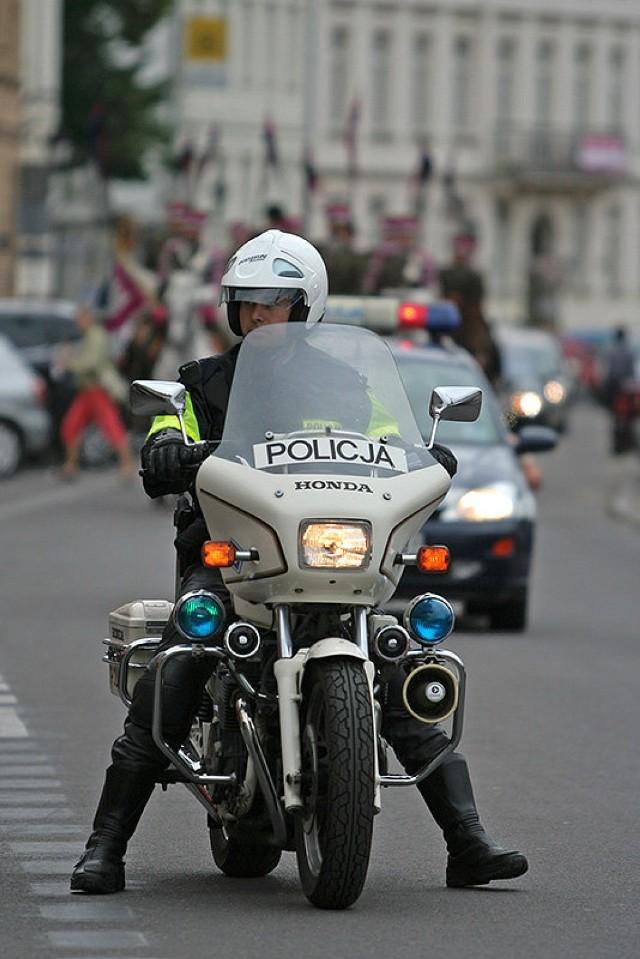 Przejazd był eskortowany przez panów policjantów. Ci jednak preferowali konie, ale mechaniczne. Fot. Piotr Galas