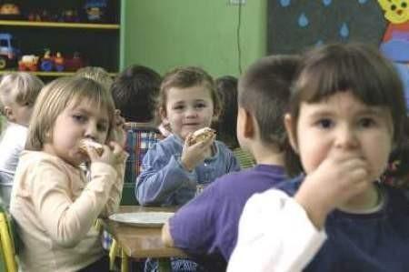 Podwieczorek w będzińskim przedszkolu nr 13. Z prawej Ola Marciniak, Zuzia Lenkiewicz (w tle) i Martyna Pacan.