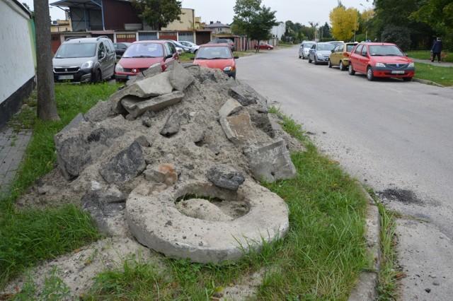 Sterty materiałów po ułożeniu kanalizacji deszczowej czekają od kilku tygodni na wywiezienie