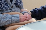 Teleopieka i usługi opiekuńcze dla seniorów w Krośnie. Miasto chce, by czuli się bezpieczni. Opaska życia może w tym pomóc