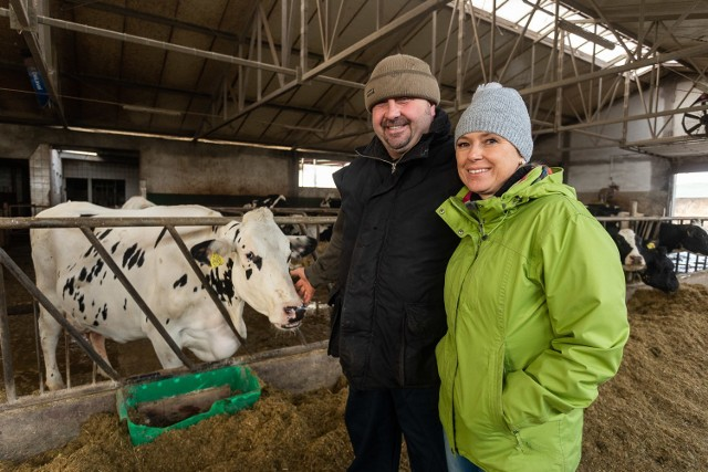 Państwo Saganowscy, rolnicy z powiatu bydgoskiego, zdobywcy 1. miejsca w kategorii innowacje w rolnictwie.