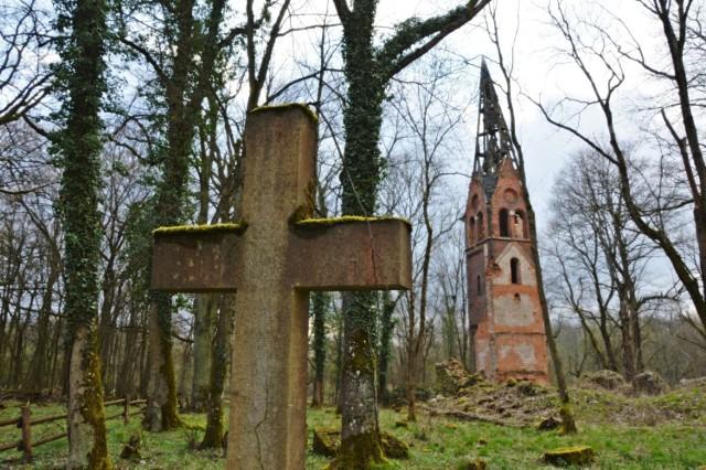 W najlepszym stanie zachowała się wieża kościelna.