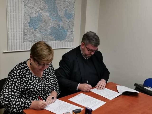 Burmistrz Miasta i Gminy Jabłonowo Pomorskie Przemysław Górski wraz ze skarbnikiem Barbarą Suchocką w trakcie podpisywania w grudniu 2019 r. umowy na dofinansowanie budowy Punku Selektywnej Zbiórki Odpadów Komunalnych dla Miasta i Gminy Jabłonowo Pomorskie. Dofinansowanie wynosi ok. 1 mln 448 tys. zł