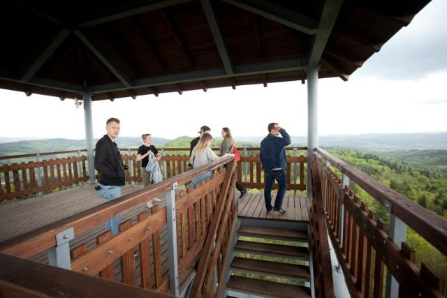 Góra Szpilówka w Iwkowej wznosi się na 516 m n.p.m. Wieża widokowa wybudowana na szczycie ma zaś 30 metrów wysokości
