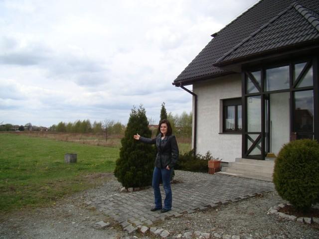 Obok domu Katarzyny Pytlik ma być wjazd dla tirów i innych pojazdów dostawczych do galerii
