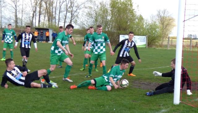 Niedzielne derby Grodu Wiślica (w zielonych strojach) i Piasta Stopnica to był mecz walki o każdą piłkę. Bramkarz Grodu Marcin Ciemiera (z prawej) bronił znakomicie i zachował czyste konto.