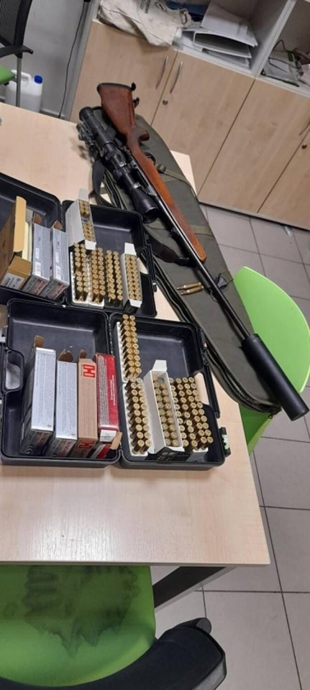 Policjanci z Opoczna zatrzymali 51-letniego kierowcę, u którego znaleźli broń palną oraz kilkaset sztuk amunicji. Za nielegalne posiadanie broni mężczyzna odpowie przed sądem, grozi mu do 8 lat pozbawienia wolności. W dodatku mężczyzna był nietrzeźwy.