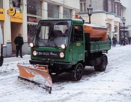 Usuwanie zwałów śniegu sprawia drogowcom sporo problemów. WOJCCIECH TRZCIONKA