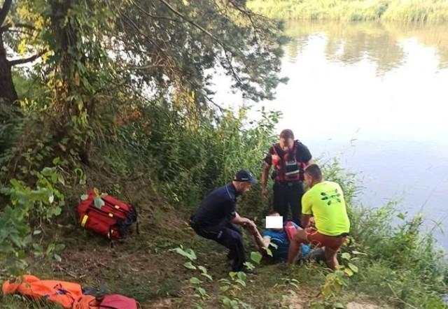 """Akcja straży i policji w Kurnędzu - poszukiwania kajakarza, który wpadł do Pilicy podczas spływu. Okazało się, że to policjant, który oficjalnie źle się poczuł i opuścił """"przeciekający"""" kajak"""