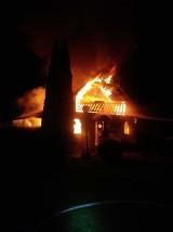 Nocny pożar domku letniskowego w Hucie Dolnej koło Przywidza. Budynek spłonął. Ogień gasiło 6 zastępów straży pożarnej (20.10.2020)