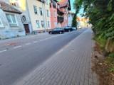 Cegłówki lecą na ulicę w centrum Szczecinka. Może dojść do tragedii [zdjęcia]
