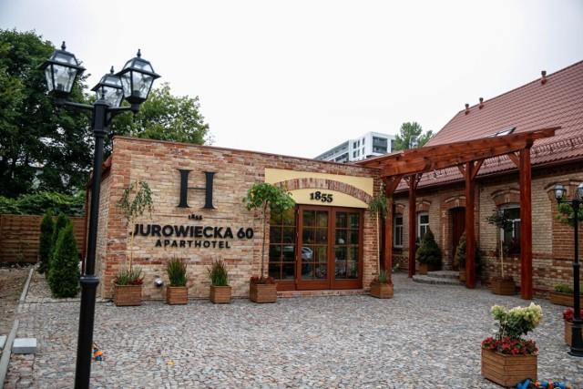 Przez wiele lat zabytkowy budynek na rogu ul. Jurowieckiej i Poleskiej stał zaniedbany. Dziś przyciąga uwagę przechodniów i turystów.