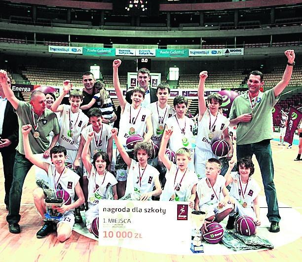Mistrzowska drużyna SP nr 67 w komplecie (plus Adam Wójcik)