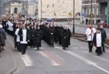 Droga krzyżowa w Kaliszu. Tłumy poszły za krzyżem [ZDJĘCIA]