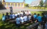 Lekcja bezpiecznych zachowań w lęborskich szkołach. W rolę nauczycieli wcielili się policjanci