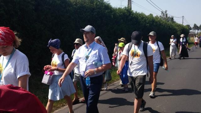Zdjęcia z pielgrzymki, która odbyła się w 2017 r. Również wtedy Marek Charzewski towarzyszył malborskiej grupie pątników. Przeszedł wówczas ok. 15 kilometrów.