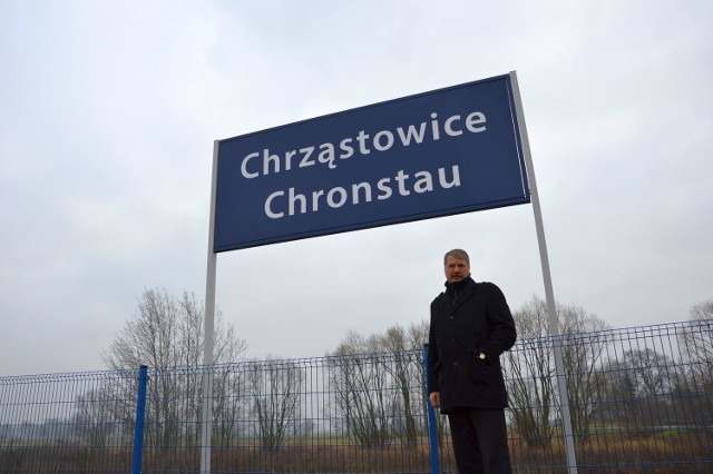 Grudzień 2015. Wójt gminy Florian Ciecior pod nowo zamontowaną tablicą.