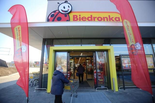 ZAROBKI W BIEDRONCE Zarobki w dyskontach są coraz bardziej atrakcyjne. Ile zarabiają pracownicy Biedronki - jednego z najpopularniejszych sklepów w Polsce? Sprawdziliśmy.  Poznaj stawki na kolejnych slajdach >>>>>