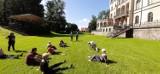 Zamek Rokosowo. Zajęcia Tai Chi zgromadziły seniorów i dzieci [ZDJĘCIA]
