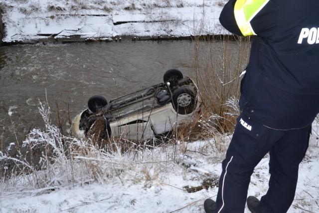 Samochód wpadł do rzeki w Porębie.