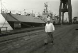 Świnoujski port i ludzie na historycznych fotografiach. Na prom wjeżdżały konne powozy