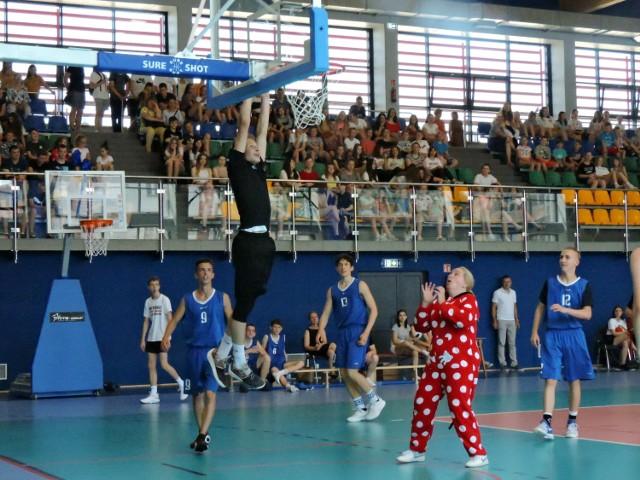 Mecz charytatywny zorganizowała szkoła Podstawowa nr 5 w hali I LO w Bielsku Podlaskim. Rywalizowali ze sobą  uczniowie i nauczyciele