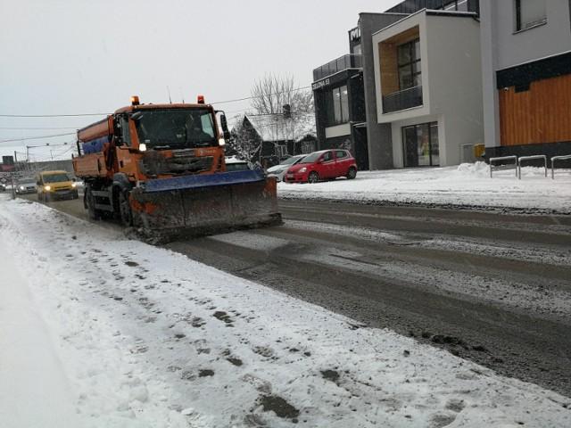 W Nowym Sączu obficie pada śnieg. Na drogach panują trudne warunki do jazdy